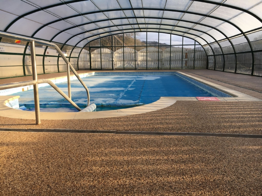 Stunning swimming pool paving with resin bound gravel